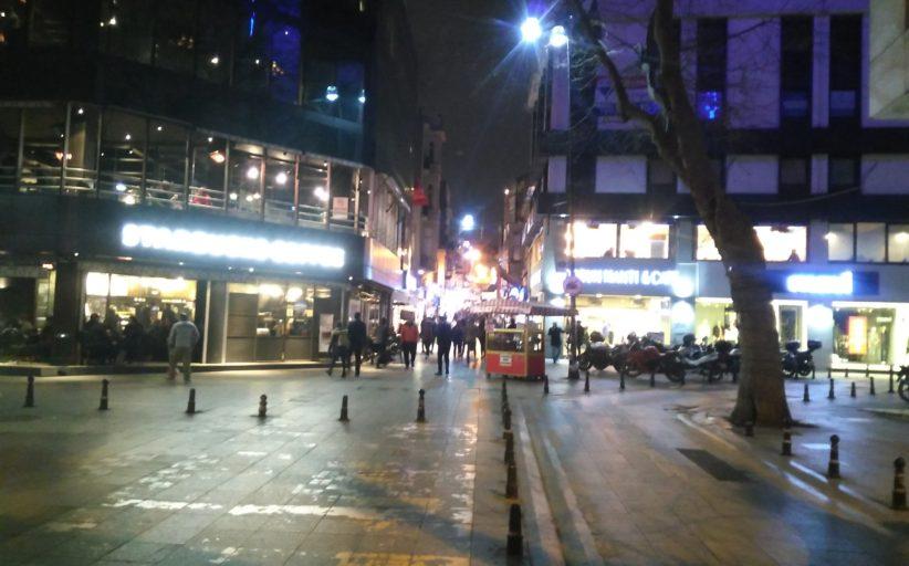 Çarşı Merkez, Muvakkithane Caddesine Starbucks girişi 21:11