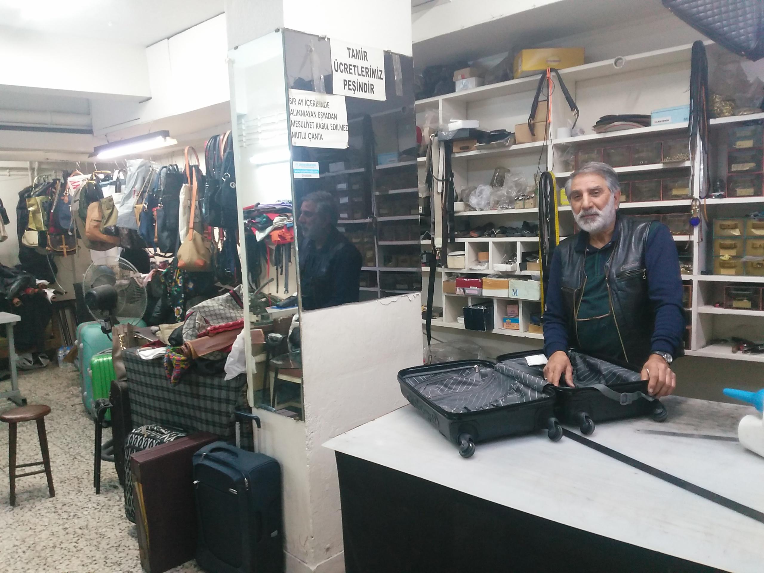 Hosteslerin, 45 yıllık  Çanta Tamirci Ustası