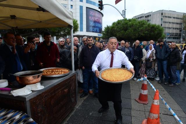 Kadıköy'de Künefe İkramı Uzun Kuyruklar Oluşturdu