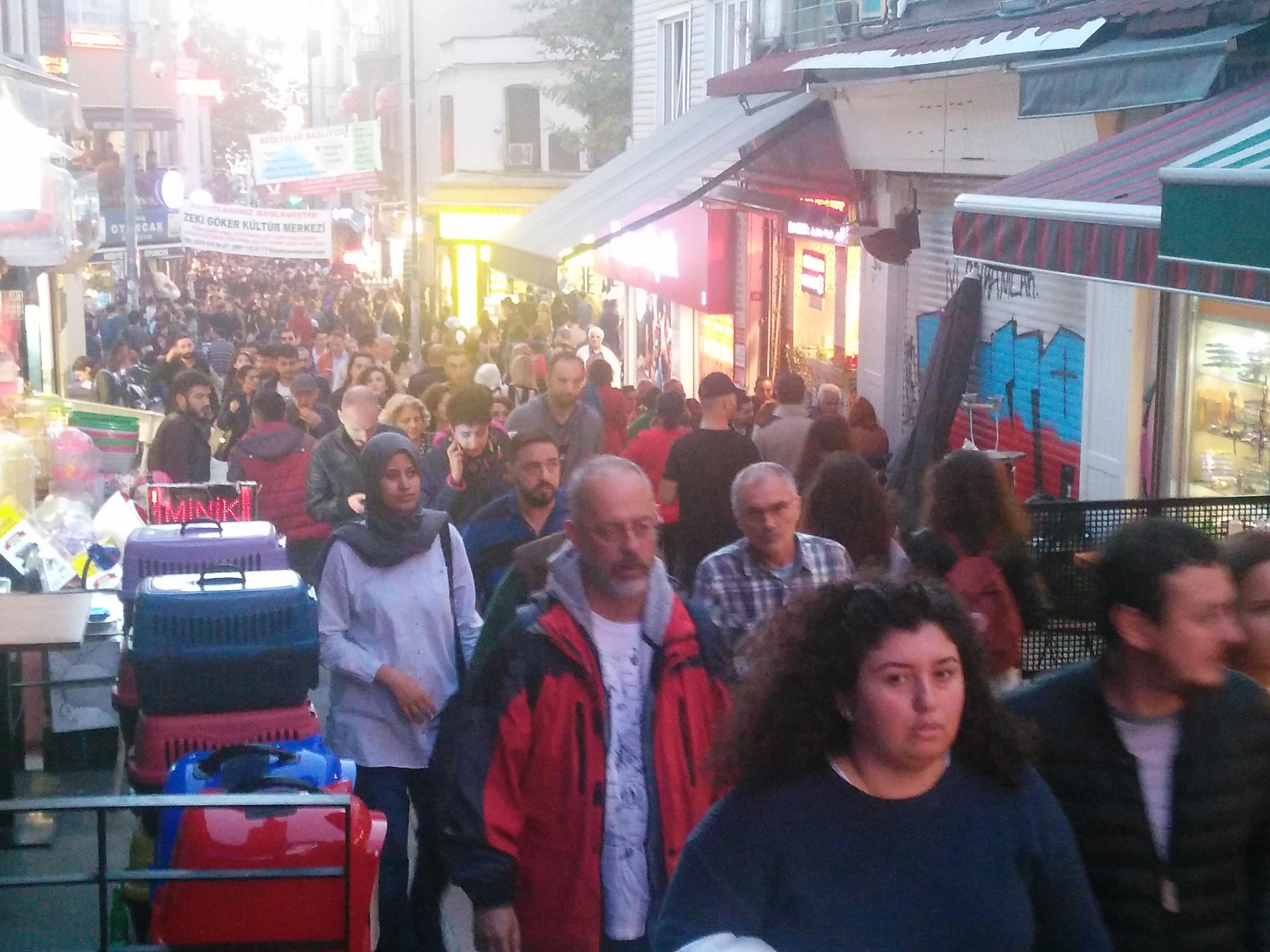 Kadıköy Tarihi Çarşı içinde Cumartesi hareketliliği