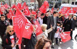 Kadıköy'ün yeni başkanı Şerdil Dara Odabaşı mazbatasını alıyor