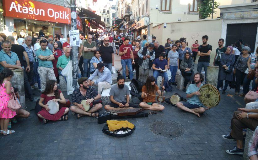 Kadıköy Tarihi Çarşı Meydanı'nda yõresel şarkılar
