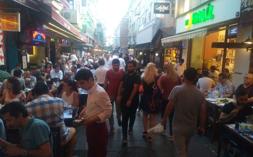 Kadıköy Tarihi Çarşı'da hafta sonu yoğunluğu