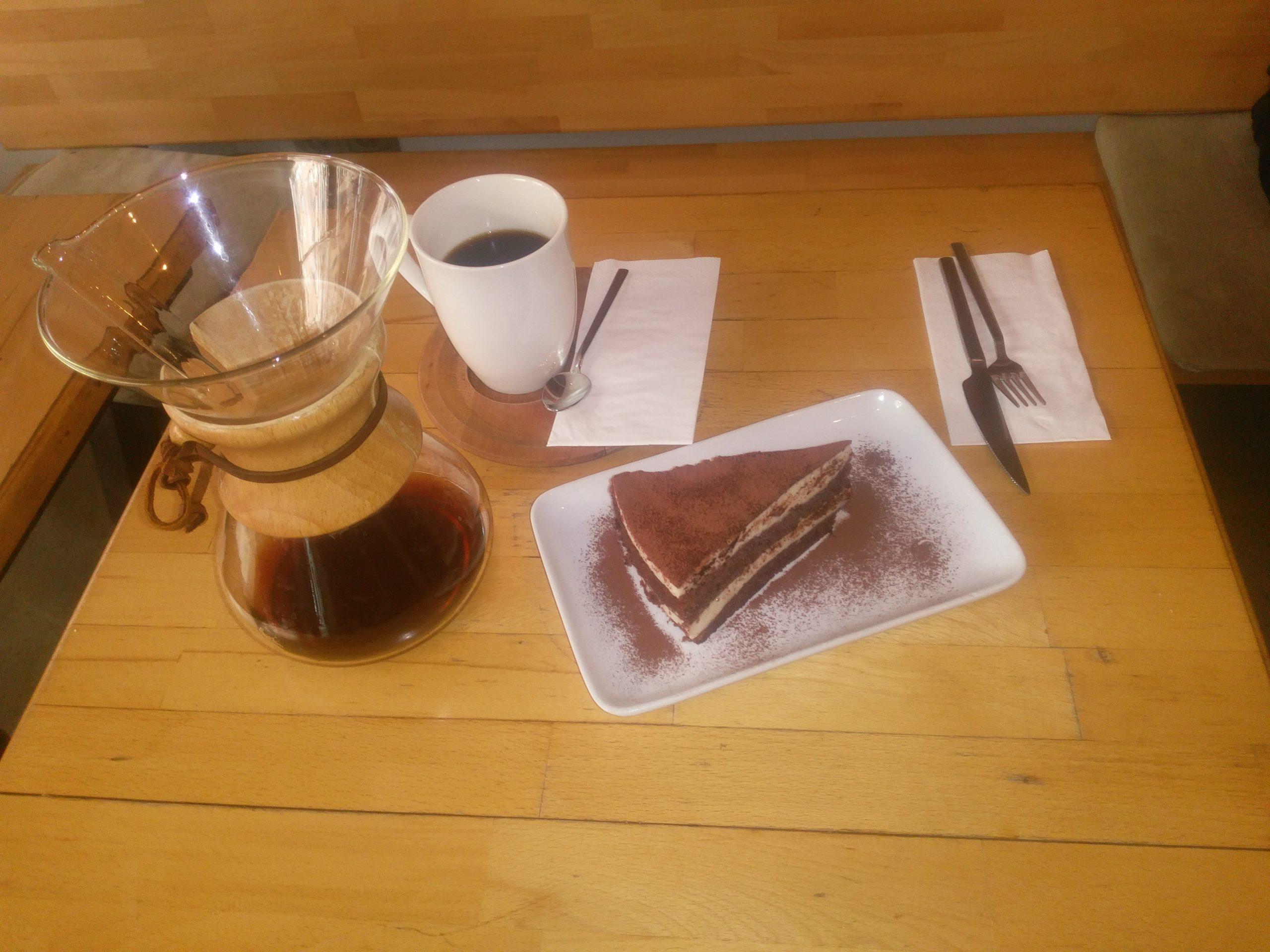 Cafe Rizz'de Tiramisu ve Chemex Yöntemi ile filtre edilmiş kahve'nin nefis tadı