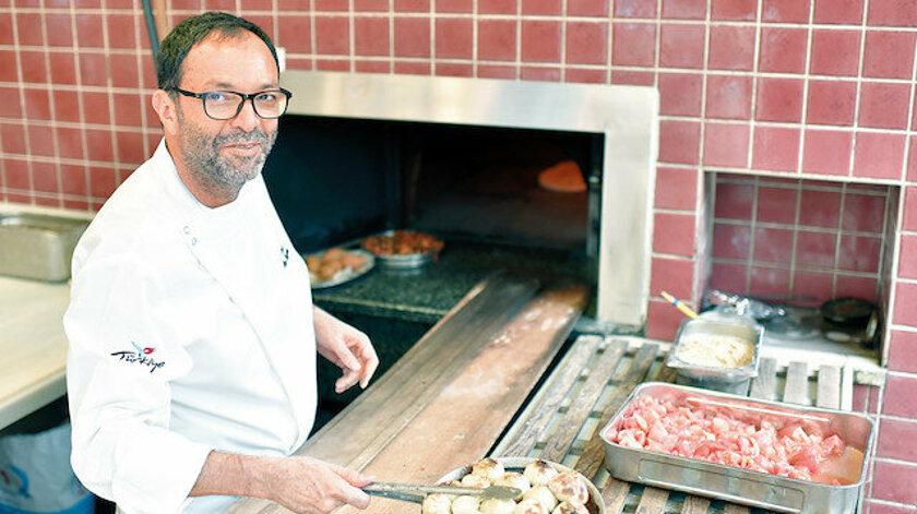 """Çiya Sofrası'nın sahibi ve şefi Musa Dağdeviren, Phaidon etiketiyle tüm dünyada yayınlanan kitabı """"The Turkish Cookbok"""" ile dünyanın en prestijli ödüllerinden Gourmand Cookbook Awards'u kazandı."""