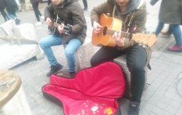 Kadıköy Tarihi Çarşı'da lise öğrencilerinin, okul harçlıkları için  gitar dinletisi