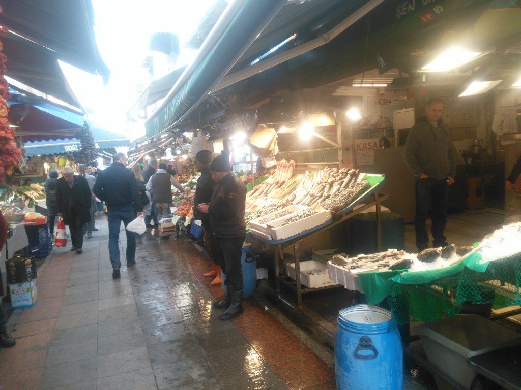 Kadıköy Tarihi Çarşı'da Koronovirüs tedbirleriyle kapanan bir kısım işletmelere rağmen, açık olan birçok işletme faaliyetlerine devam ediyor