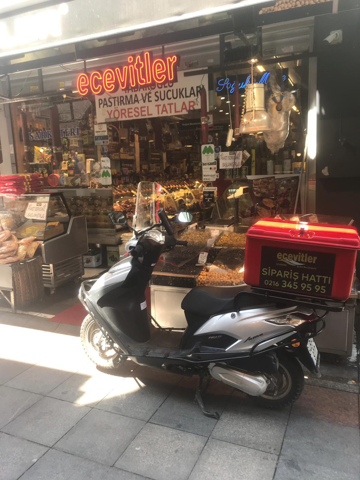 Tarihi Çarşı Esnaflarından,  Ecevitler Gurme Şarküteri'den motosikletle evlere servis