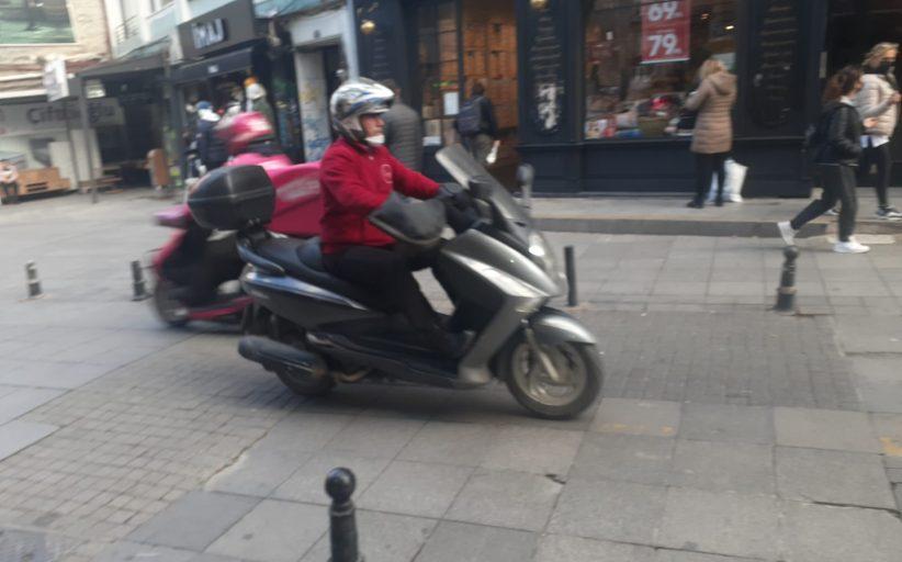 Kadıköy Çarşı'da yoğun Motorlu Kurye Servis Trafiği