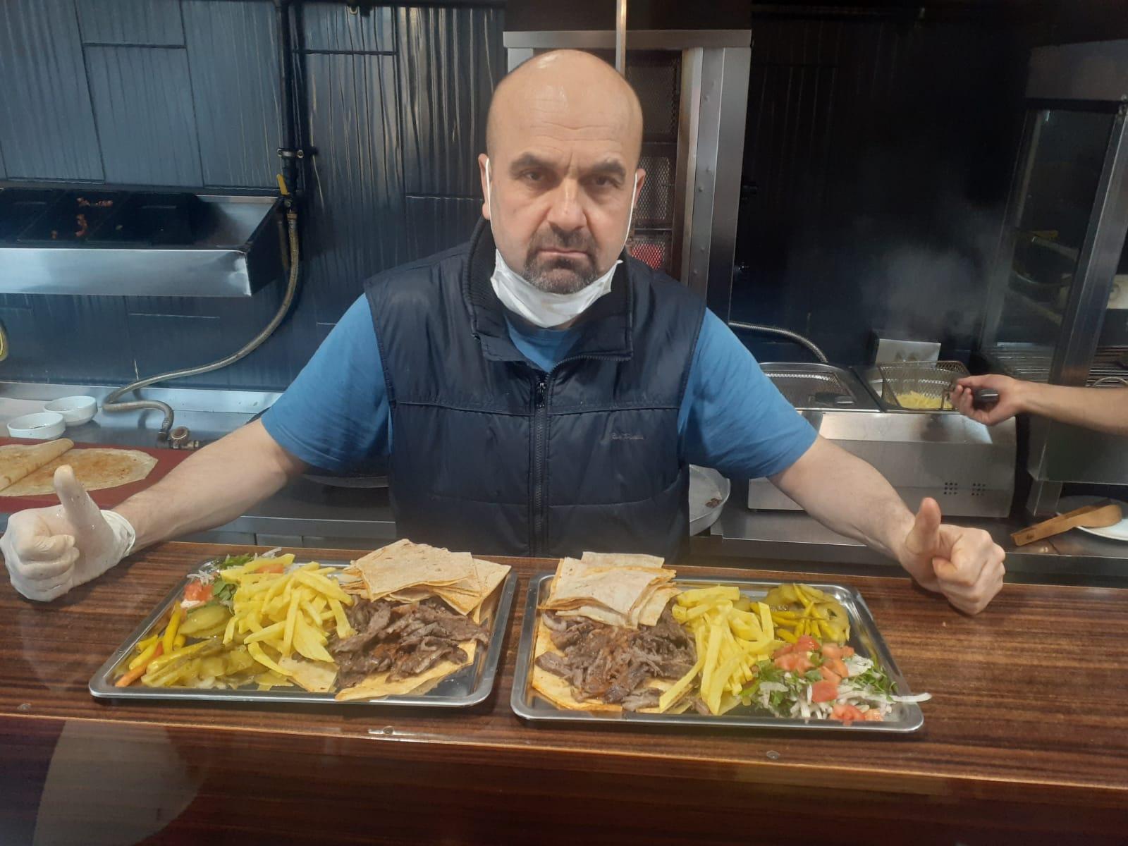 Hatay Mutfağı'nın lezzetini, yöresel et ve tavuk dönerinde , yara bandı ile sunan işletmeci