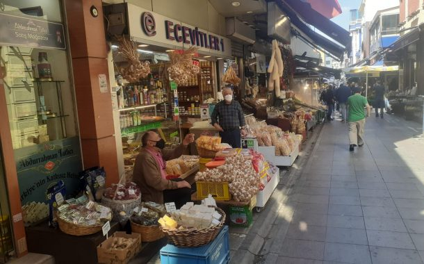 Kadıköy Tarihi Çarşı'da, muafiyet kapsamında çalışan esnaflar iş yerlerini hafta sonunda açık tutuyor